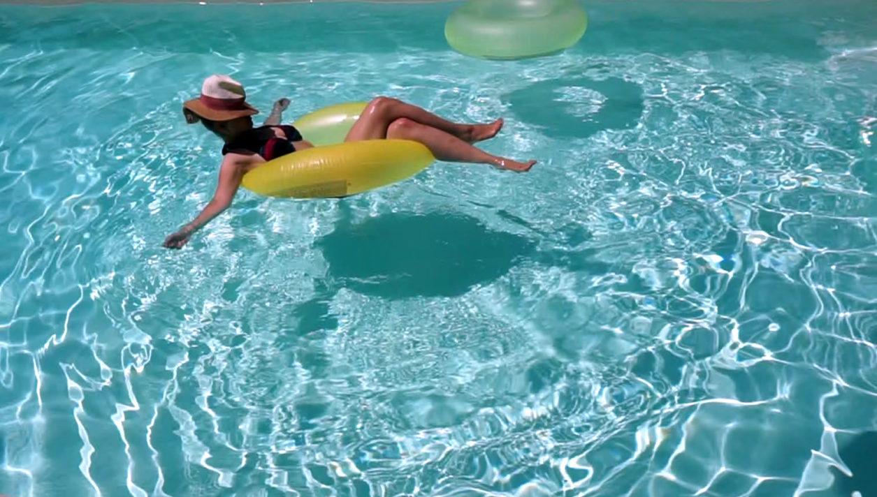 Frau schwimmt im Pool