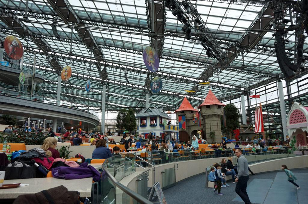 HOB-Center im playmobil Funpark mit ausreichend Sitzplätzen für das kreative Freizeitpark-Office