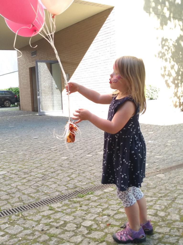 Das Zwiebelchen im Spiel mit der Luftballondeko