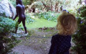 Das Löckchen beobachtet die Urzeitmenschen im Sauriergarten
