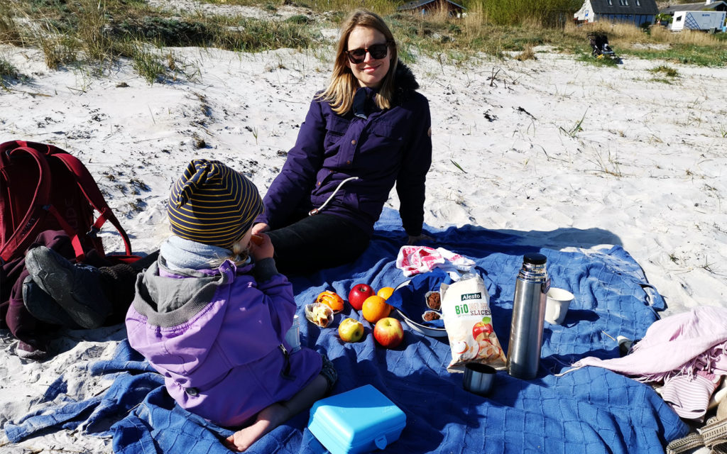 Austausch beim gemeinsamen Picknick am Strand