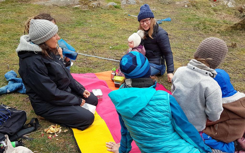 Besuch einer Freilernergemeinschaft auf Bornholm. Alle sitzen beim Picknick zusammen