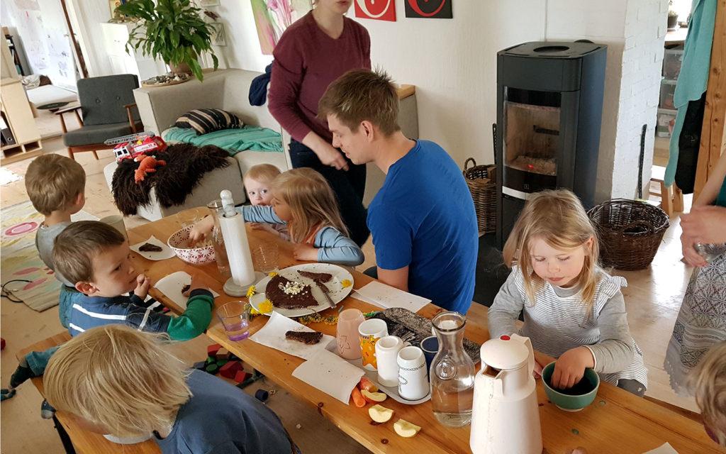 Spontane Geburtstagsfeier beim wöchentlichen Treffen der Gruppe