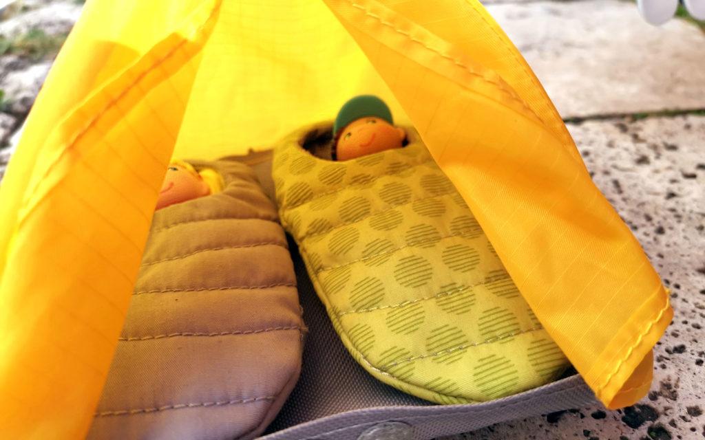 Little Friends von HABA liegen im Zelt