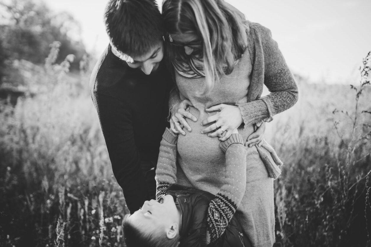 Familie mit Kind und schwangerer Mama