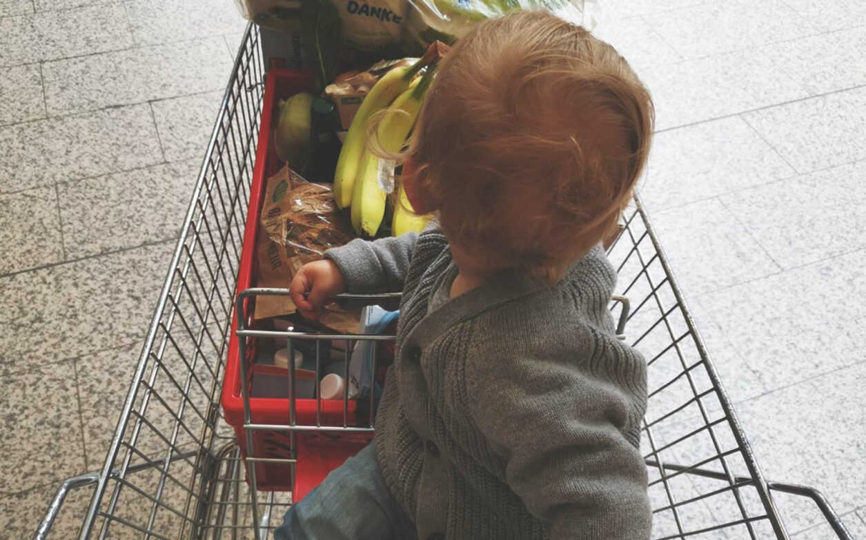 Kind im Einkaufswagen