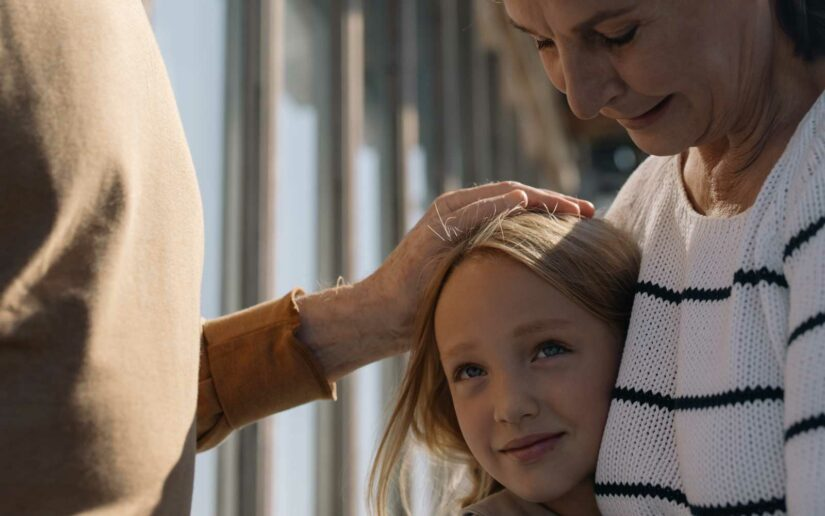 Großeltern halten Enkelin
