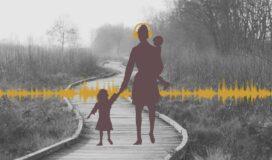 Mama mit zwei Kinder auf einem Weg